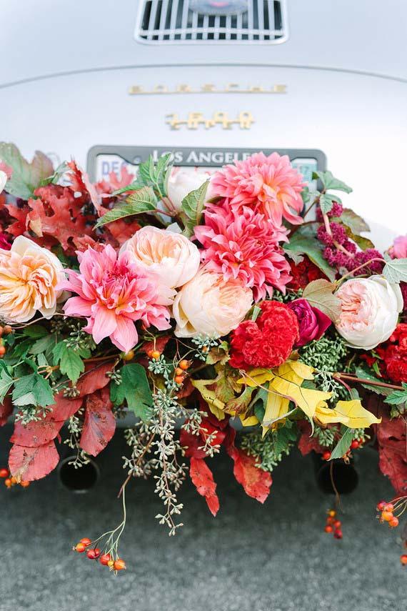 Flores para casamento de vários tipos decoram o carro dos noivos