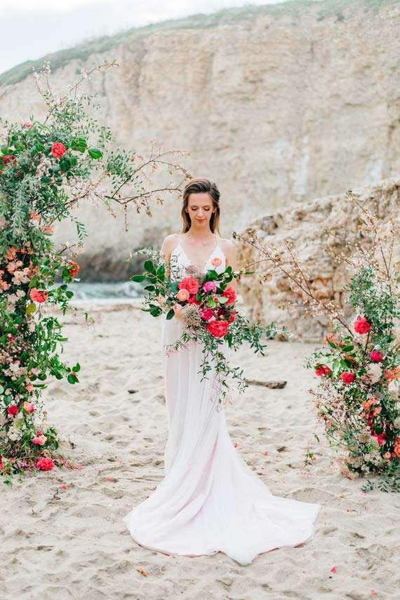 Buquê de noiva estonteante com rosas e outras flores para casamento