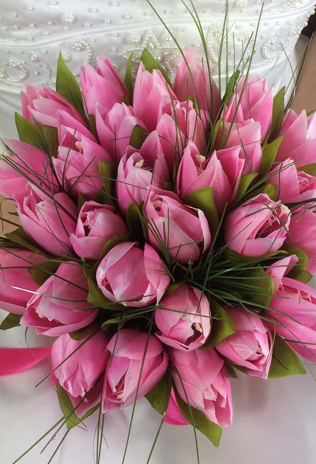 Flores para casamento: buquê de noivas feito com tulipas rosas