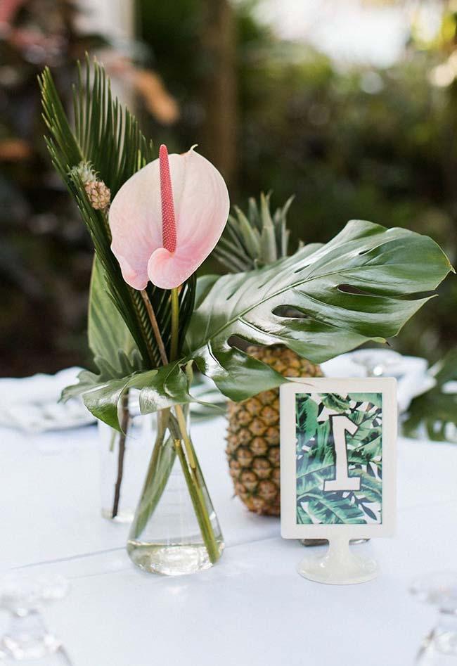 Arranjo de casamento feito com costela de adão, folha de palmeira e flor de antúrio