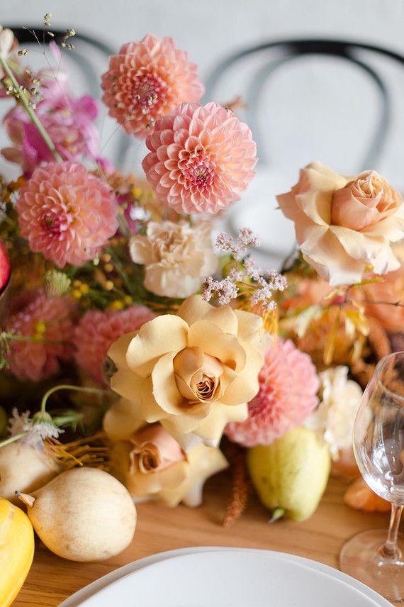 Crisântemos e rosas: uma mistura de espécies bem diferentes, mas que juntas se revelam muito harmoniosas