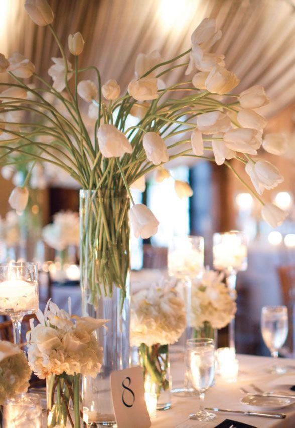Para a mesa dos convidados: arranjo alto de tulipas intercalado