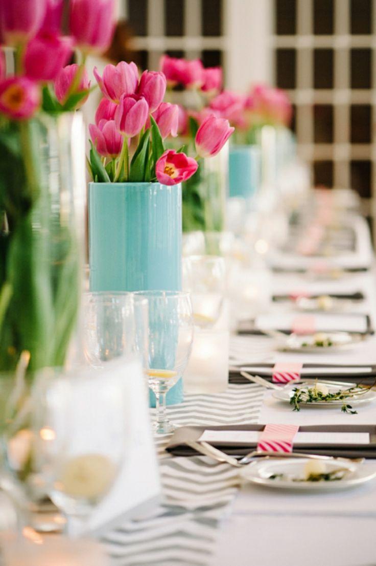 Decoração de casamento que apostou em cores modernas usou tulipas rosas em vasos azuis