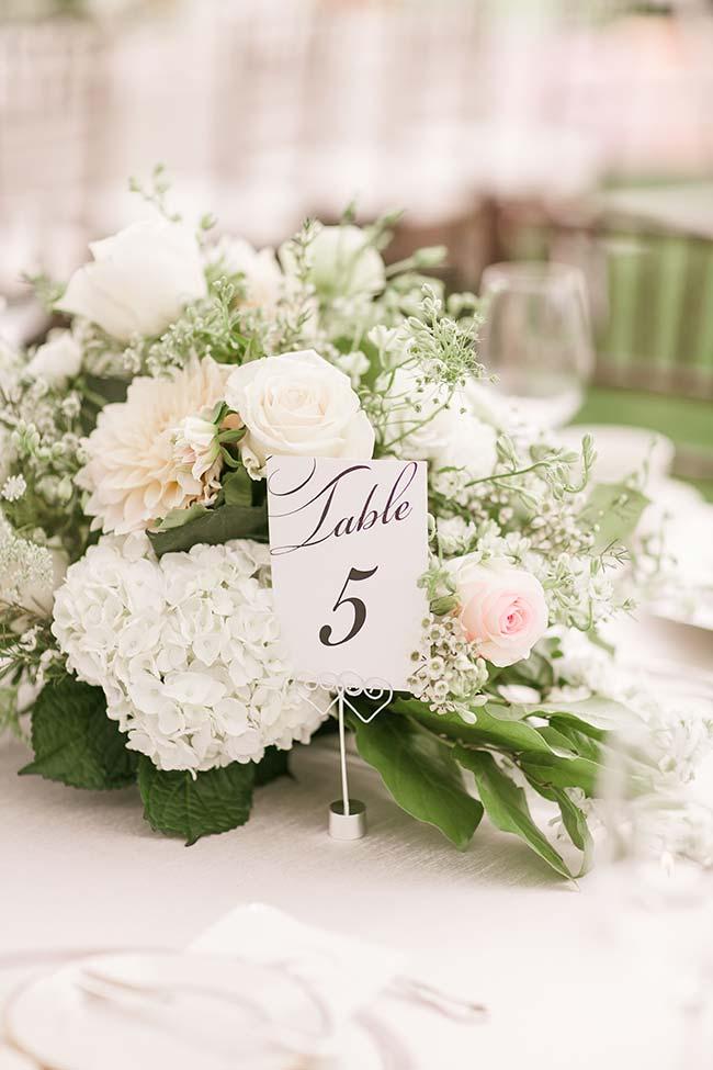 Crisântemos, rosas e hortênsias: todas flores para casamento brancas sobre a mesa