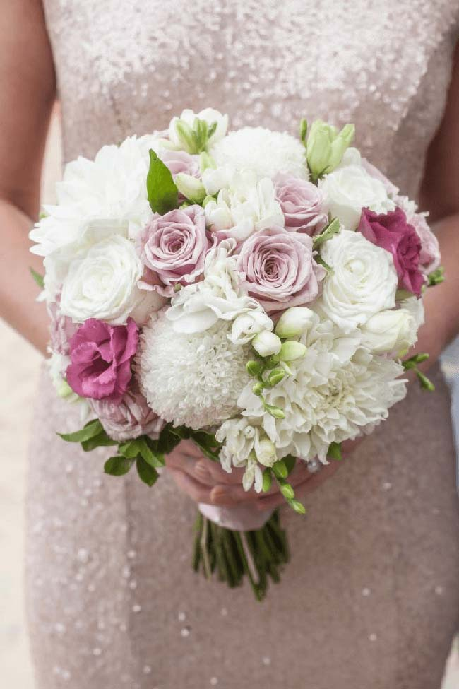 buquê de noiva delicado com flores de crisântemo, rosas e lisianthus