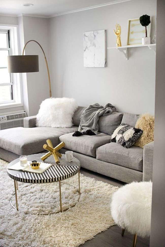 Cores para sala: em meio ao preto e branco da decoração, detalhes em dourado metálico chamam a atenção