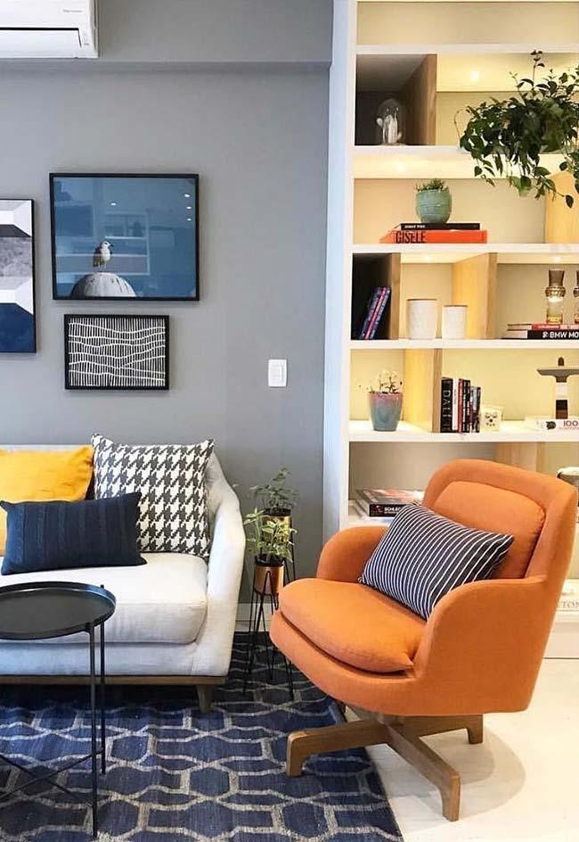 Cores para sala: em meio aos tons de azul, a poltrona laranja mostra porque veio