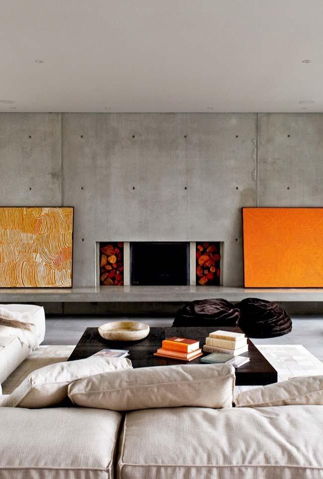 """Cores para sala: parede de concreto aparente foi """"aquecida"""" pelo tom quente e vivo de laranja"""