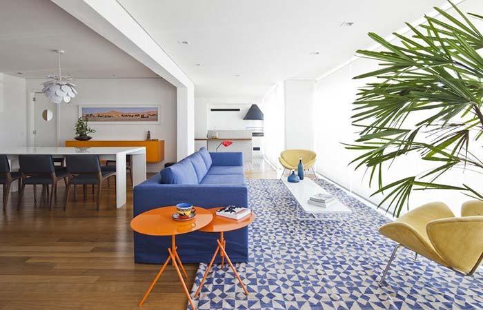 Aqui e ali: pontos laranja dão vida e ânimo para sala de tons azuis e branco