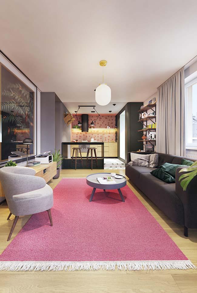 Cores para sala: uma proposta forte e ousada para a decoração da sala: tapete rosa e mobília preta