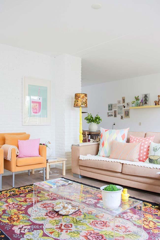 Cores para sala: fundo branco dessa sala recebeu uma decoração com degradê de laranja e rosa