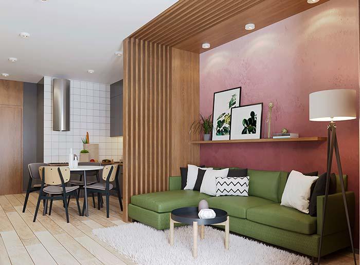 Cores para sala: sofá verde oliva e parede em tons de rosa: contraste perfeito e harmonioso