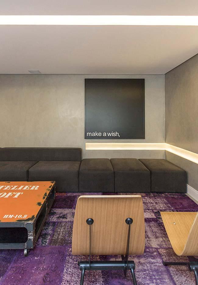 Cores para sala: tapete roxo mesclado com branco!