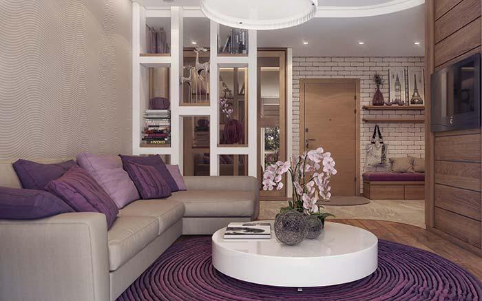 Cores para sala: tons amadeirados em união com o roxo criam uma sala aconchegante e acolhedora