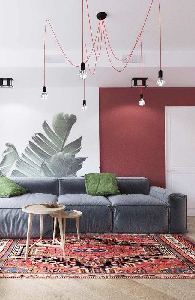 Sala marcada por diferentes tons de vermelho: no teto, na parede e no chão