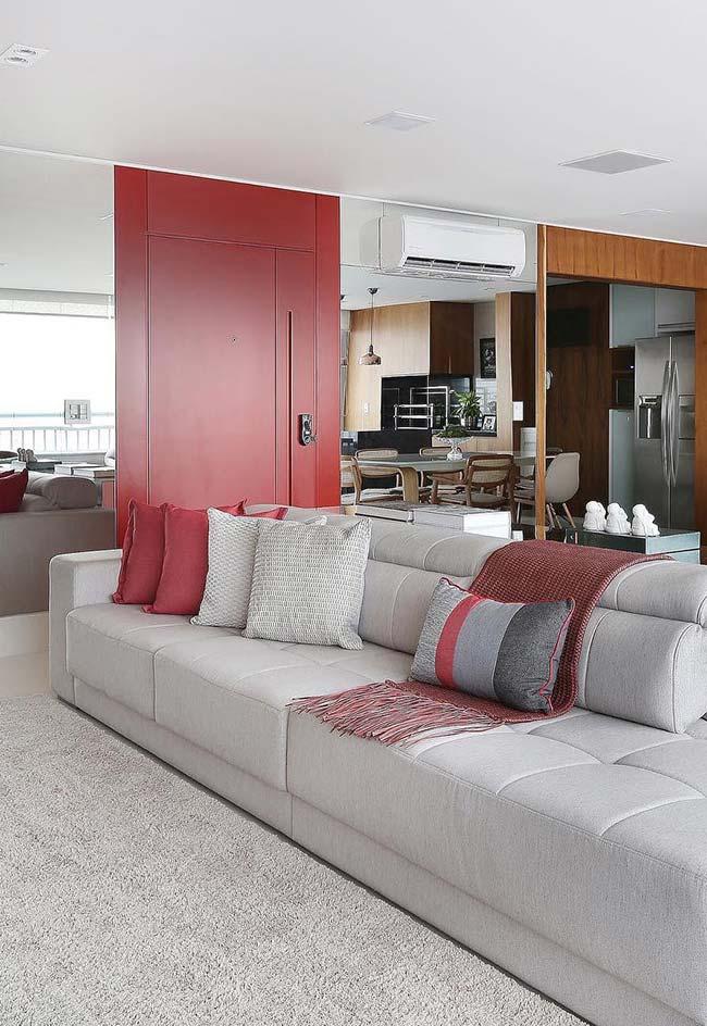Cores para sala: os pontos de destaque dessa sala de base neutra foram criados com a cor vermelha