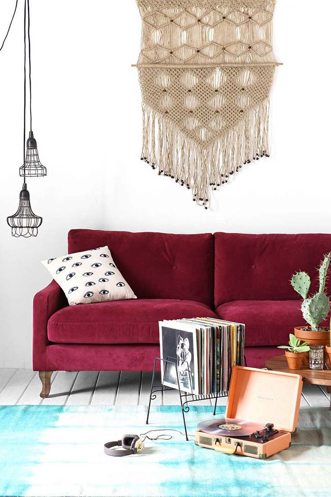 Sofá vermelho e de veludo: impossível resistir a essa sala