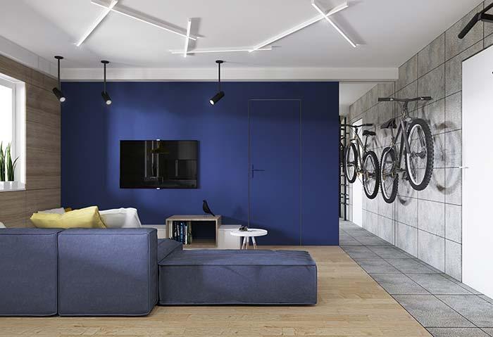 Cores para sala: azul, cinza e tons amadeirados para uma decor jovem e moderna