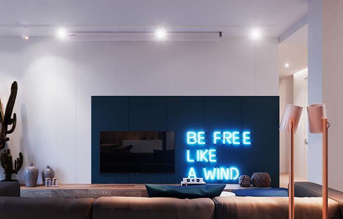 Cores para sala: o letreiro iluminado chama atenção para a parede azul marinho