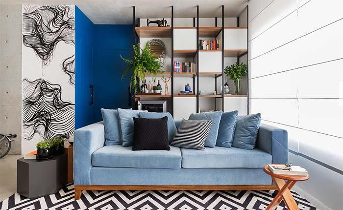 Sofá azul sobre o tapete de chevron preto e branco: puro estilo e modernidade para a sala