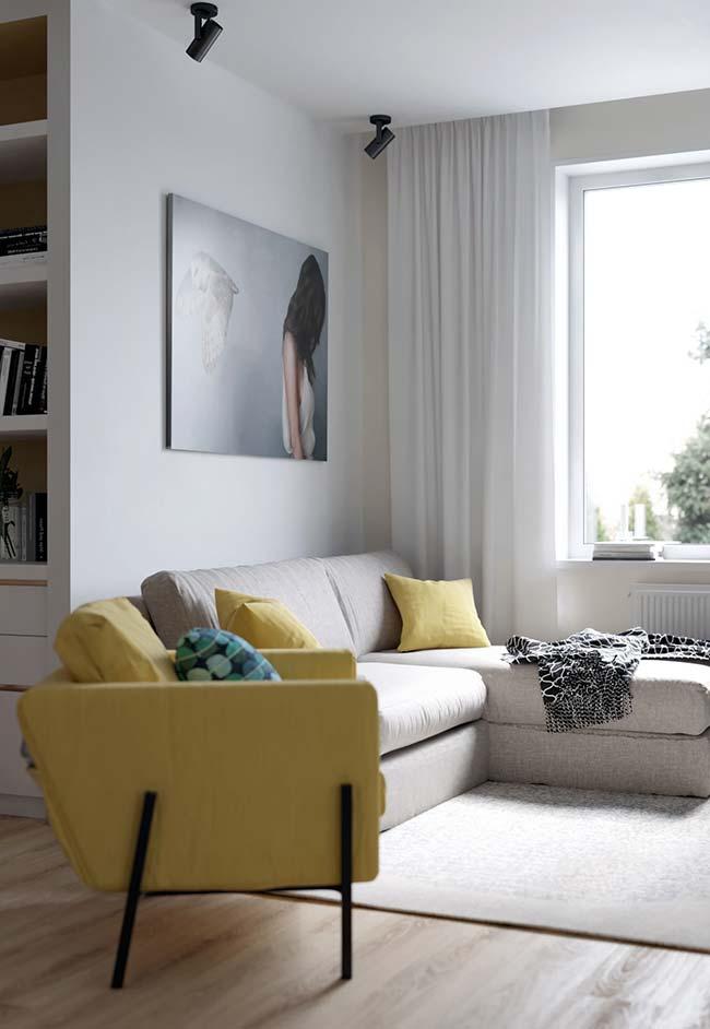 Poltrona amarela realça a beleza das salas neutras