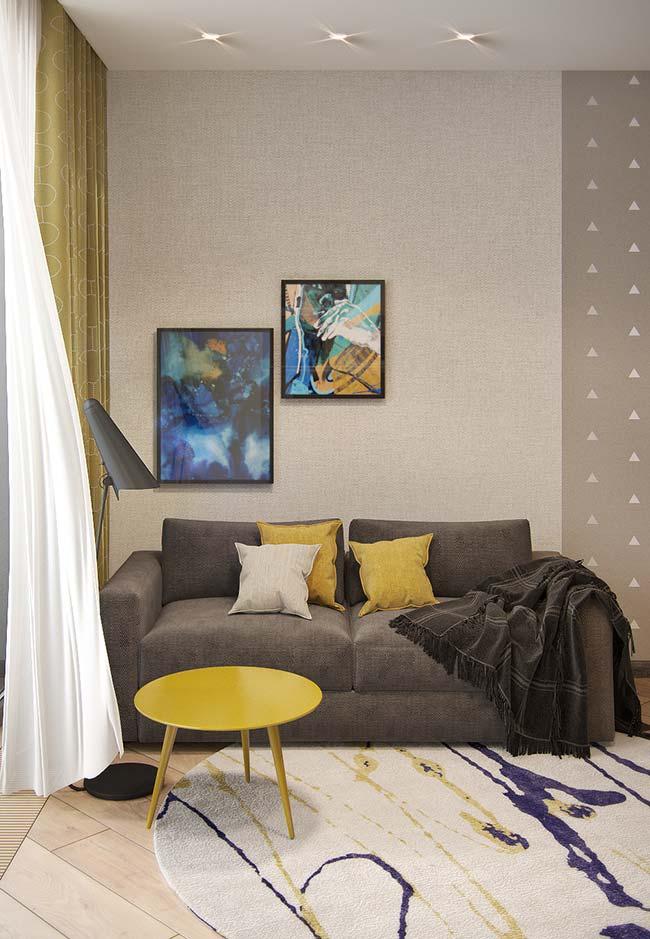Pitadas de amarelo e azul decoram a sala de estilo neutro