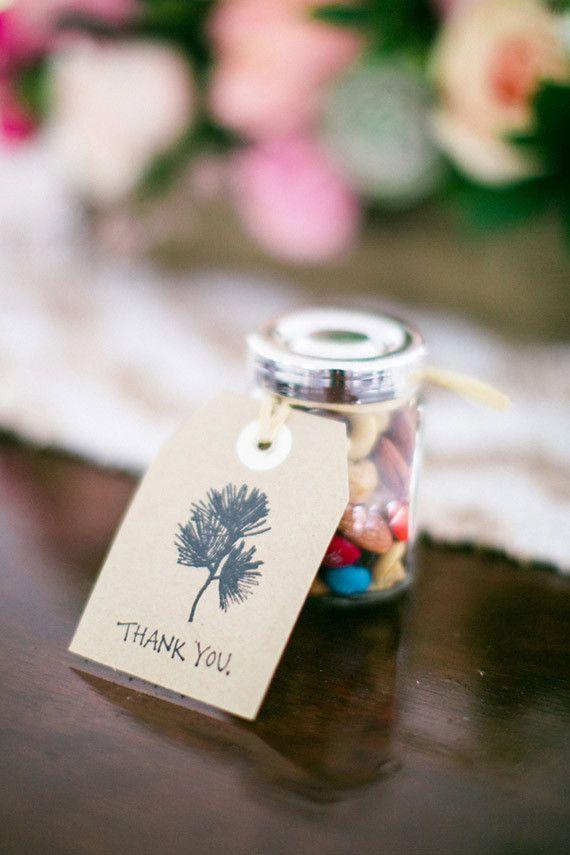 Confetes de chocolate e um cartão de agradecimento: simples e completo
