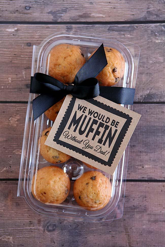 Faça muffins especiais para o seu pai e dê a ele em uma caixa personalizada