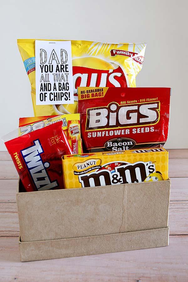 Seu pai é fã das tais junk foods? Então monte uma caixa especial com elas e dê de presente para ele