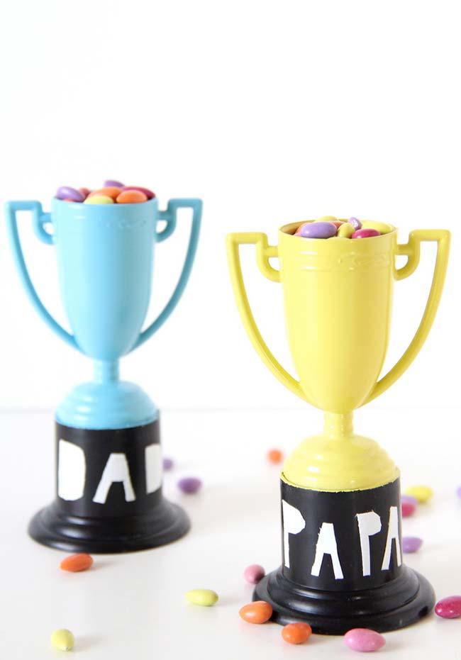 Para um papai campeão, um troféu recheado de confeitos de chocolate