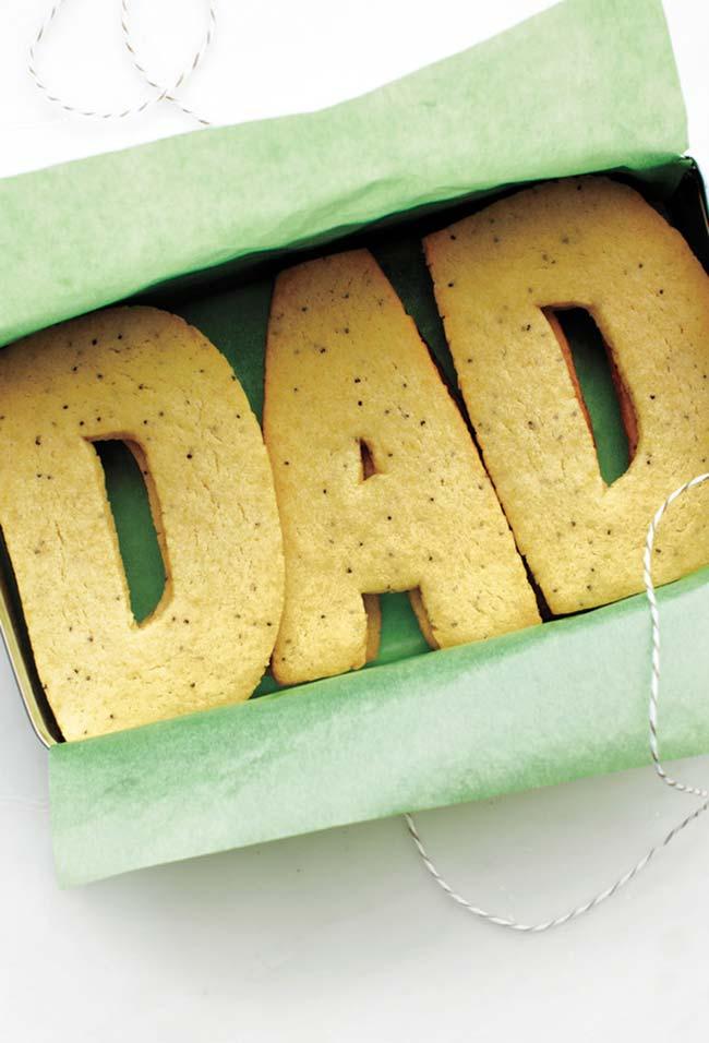 Bolo com as letras de papai ou com o nome dele