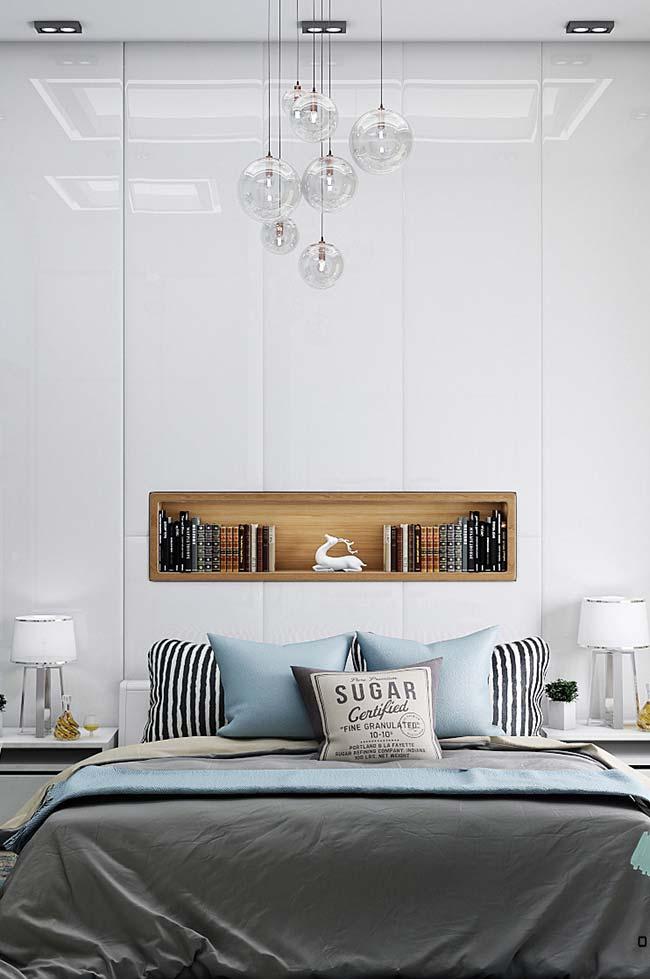 Na parede branca, o nicho para quarto amadeirado se destaca