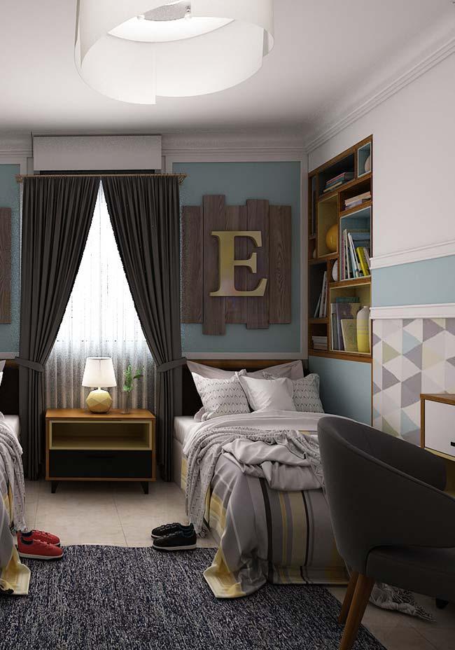 Os nichos embutidos na parede também valorizam o quarto
