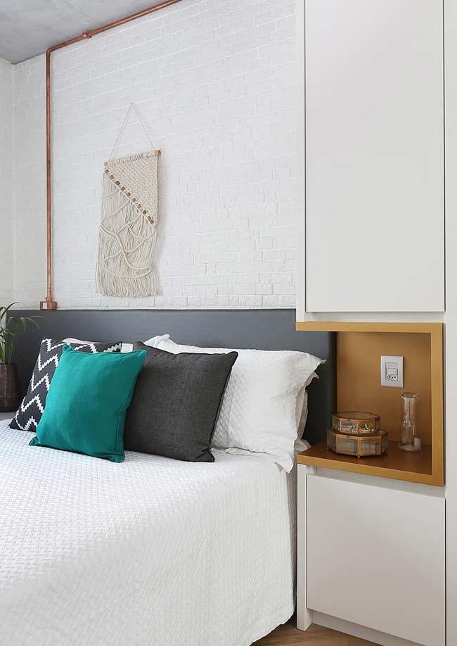 Para se destacar no quarto, o nicho ganhou uma cor forte e contrastante