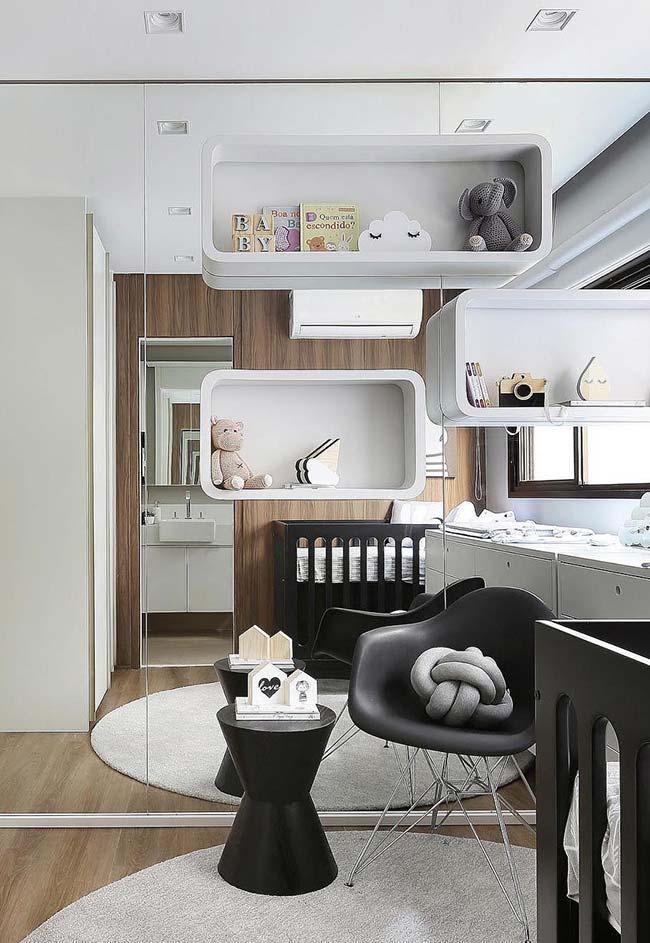 Os nichos para quarto colocados sobre o espelho criam um efeito interessante e diferente para o quarto infantil