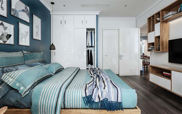 A vantagem dos móveis sob medida é que você consegue criar uma unidade de tons e materiais no quarto