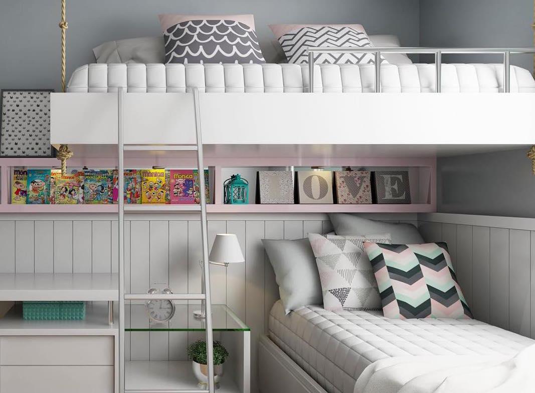 Gibis e livros no nicho para quarto