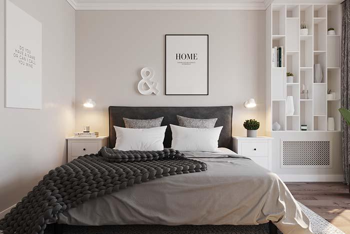 Quarto de casal clean e de decoração suave apostou no uso de nichos para quarto brancos