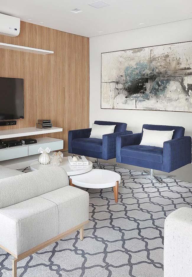 Quadro grande para sala: o abstrato na parede oposta à TV abraça as duas poltronas