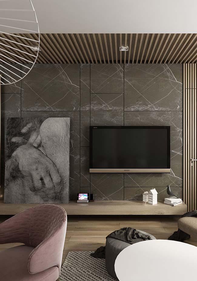 A mão intrigante do quadro se destaca na frente da parede de mármore, trazendo um contraste entre o moderno da figura e o clássico do revestimento
