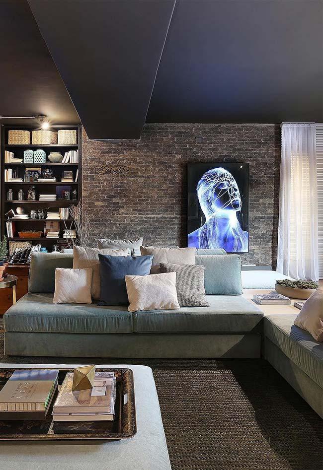 Quadro moderno em contraste com a parede de tijolinhos