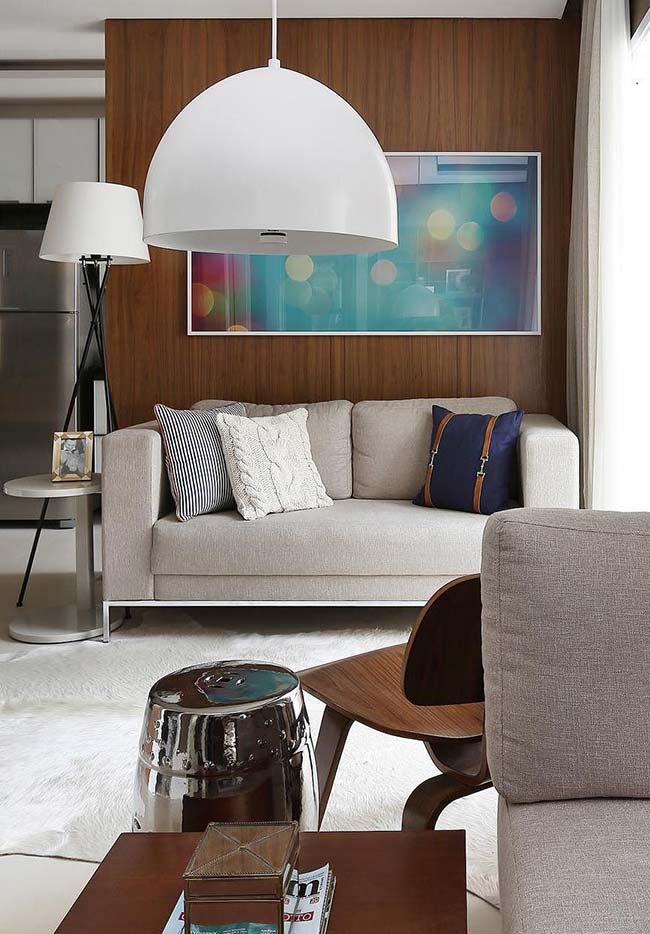 Um quadro cheio de pontos de cor e luz em contraste com o revestimento de madeira