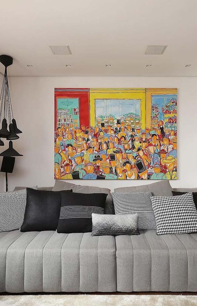 Nessa sala, o quadro abstrato traz uma leve sensação de ilusão de ótica