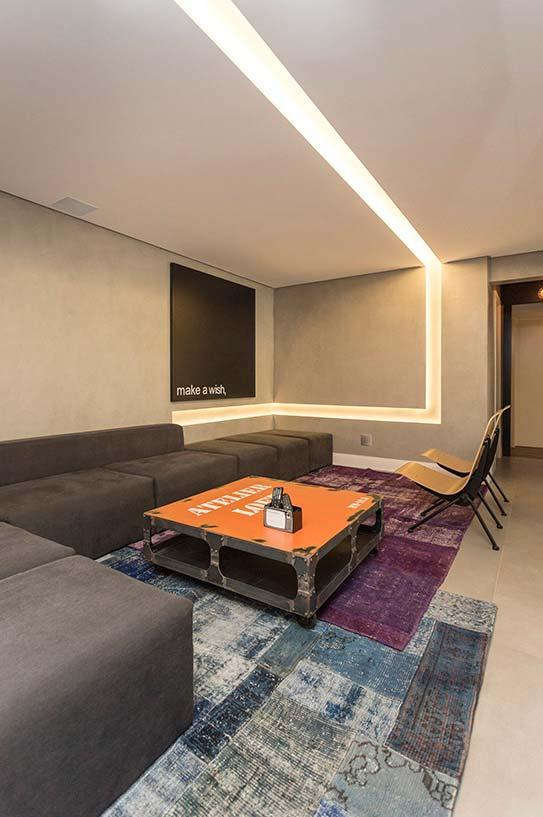 Sala moderna de poucos elementos visuais conta com um quadro igualmente sóbrio