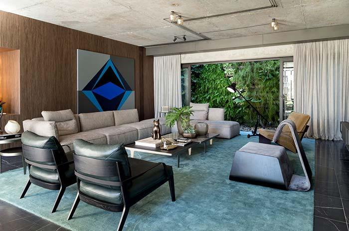 A informação de cor que dessa sala sai diretamente do quadro posicionado na parede atrás do sofá