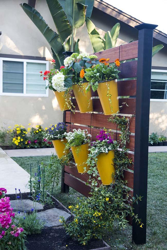 Esse jardim vertical ganhou laterais de metal para ser fixado no chão