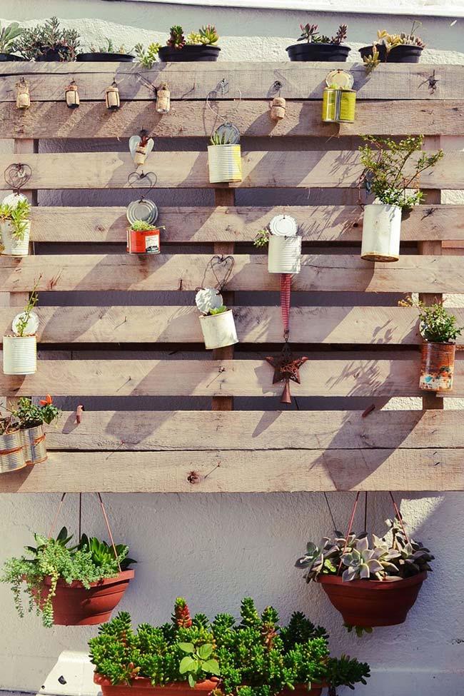 os pallets formam a estrutura do jardim vertical