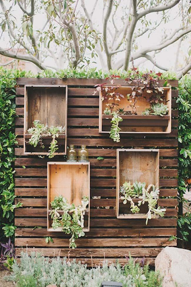 Pallets e caixotes formam esse jardim vertical para área externa