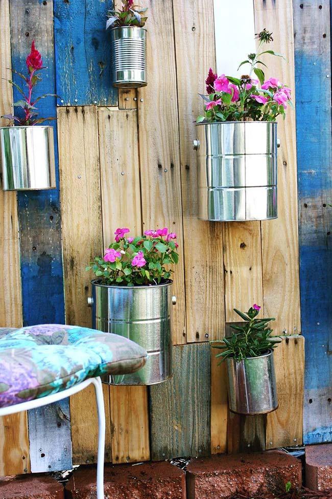 Muro revestido com pallets vira o lugar ideal para abrigar plantas de diferentes espécies