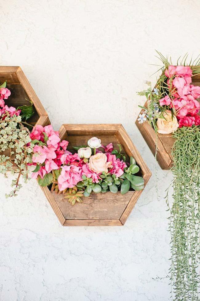 Para variar a ideia tradicional de nichos, experimente um florido feito de pallets